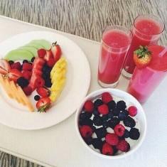 Śniadanie: – idealny zestaw to owoce, soki owocowe i koktajle