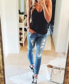 Codzienny outfit, przetarte jeansy, czarne trampki, czarna koszulka