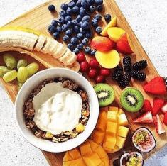 Mnóstwo pysznych owoców z jogurtem i płatkami – idealne śniadanie na diecie inspiracja