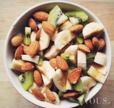 Miseczka na śniadanie: migdały, banan, kiwi