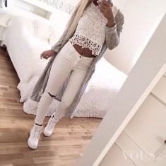 Świetna biała stylizacja. Koronkowy top i białe dziurawe spodnie, do tego szara długa naszuta