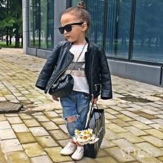 Moda dziecięca 2015 – młoda blogereczka modowa, skórzana kurtka, jeansy z dziurami