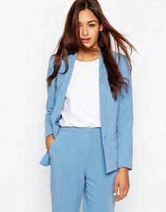 Damski garnitur błękitny od ASOS, idealnie pasuje do niego biała zwykła bluzeczka
