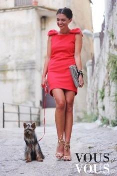 Spacer z pupilem. Śliczna czerwona sukienka mini