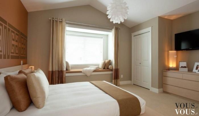 Przestronna Sypialnia Z Dużym łóżkiem W Jasnej Kolorystyce