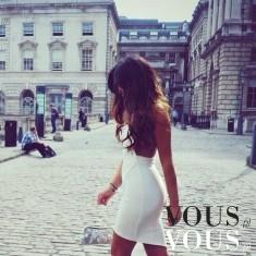 Seksowna, dopasowana i krótka- biała sukienka z odsłoniętymi plecami