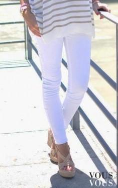 Marynarski styl: białe spodnie, bluzka w paski i sandałki