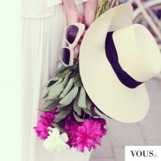 Kapelusz i kwiaty, piękne letnie i eleganckie połączenie