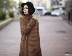 Brązowy sweter i uroczy czarny kapelusz