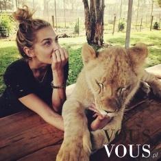 Dziewczyna z młodym lwem, udomowione dzikie zwierzę, dziki kot