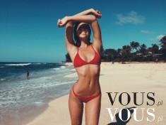 Zgrabna dziewczyna w skąpym czerwonym bikini. Wakacje nad morzem, słoneczna pogoda, plaża, woda
