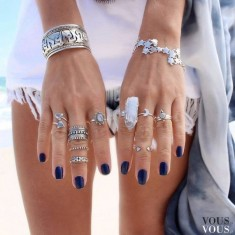 Granatowy lakier i srebrna biżuteria