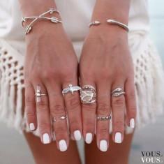 Biały lakier i piękne dodatki na dłoniach