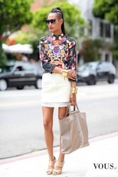 Elegancja na ulicy, biała mini i kwiecista koszula