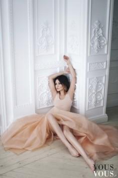 Stylowa brzoskwiniowa suknia, interesująca sesja