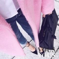 Różowy płaszczyk i ciemne dżinsy