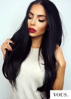 Śliczna kobieta, długie włosy, piękne pełne czerwone usta