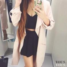Czarna sukienka i beżowy długi płaszcz