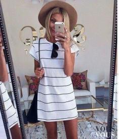Biała mini sukienka w paski, letnia stylizacja