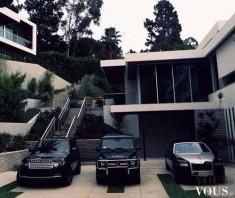Trzy czarne samochody