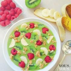 Koktajl z kawałkami owoców: banan, maliny i kiwi