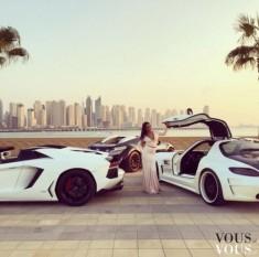 Białe sportowe samochody