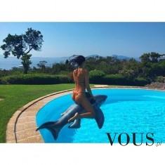 Kobieta w bikini na basenie.