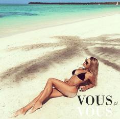 Kobieta w kusym bikini na plaży. Czarne bikini. Wakacyjna moda