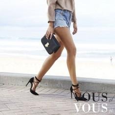 Krótkie szorty i szpilki – elegancko i na luzie