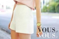 Białe eleganckie szorty z wysokim stanem i krótka różowa bluzka, zestaw na letnie dni, kobieco i ...