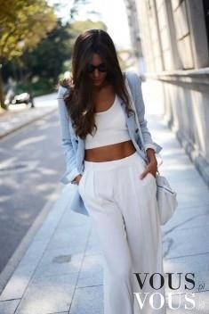 Zestaw na ciepłe dni, luźne białe spodnie z wysokim stanem, do tego krótki biały top i rozpięty  ...