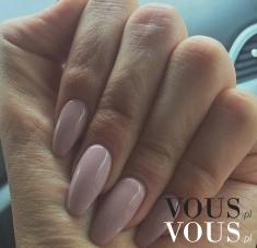 Długie paznokcie pomalowane na blady róż
