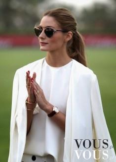 Minimalistyczny styl. Biała koszula i biały klasyczny płaszcz.
