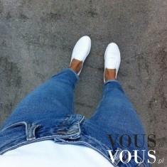 Niebieskie dżinsy i białe wkładane tenisówki