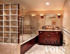 Luksusowe wnętrze. Łazienka z dużą kabiną prysznicową.