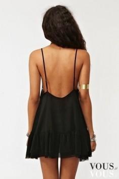 Zgrabne plecy i ciekawa czarna sykienka