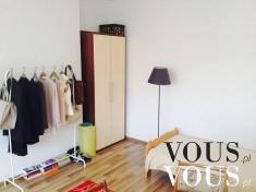 Pokój z garderobą- w minimalistycznym stylu