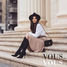Rozkloszowana spódnica z białą koszulą i czarnym stylowym kapeluszem