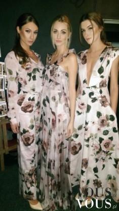 Trzy długie suknie o różnych krojach z lekkiego materiału w kwiaty.