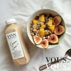 Czas na śniadanie! Egzotyczne owoce i mleczny koktajl
