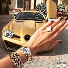 Złota biżuteria do kompletu ze złotym sportowym Mercedesem