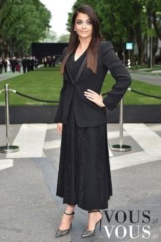 Długa czarna suknia z luźną marynarką- czy takie połączenie pasuje?