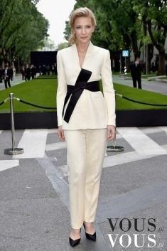 Jasny, damski garnitur- klasyka zawsze w modzie