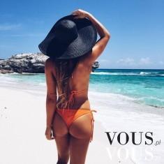 Fit dziewczyna na plaży w kapeluszu