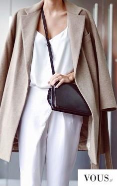 Śliczna prosta stylizacja, biały kombinezon, beżowy płaszcz i prosta mała torebka.