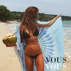 Szczupła kobieta w bikini na plaży