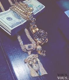Pieniądze i złota biżuteria