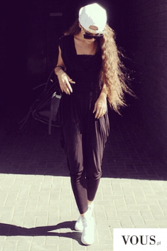Blogerka z długimi włosami, kombinezon