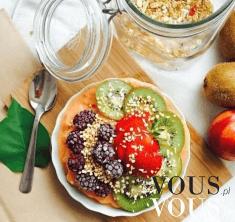 Omlet z owocami posypany otrębami