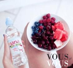 Zdrowa owocowa przekąska- wiśnie, jagody, maliny i arbuz